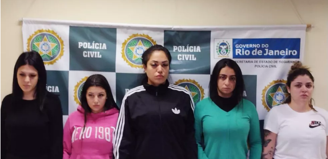 Blogueiras sendo apresentadas na Polícia Civil