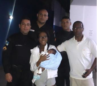 família com bebê e policiais