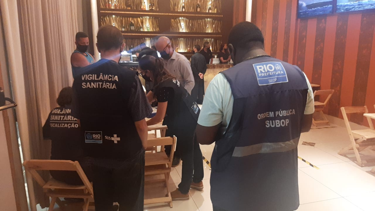 Agentes de vigilÇância interditam estabelecimento na Zona Oeste do Rio