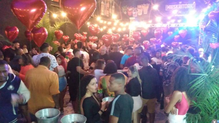 Pessoas aglomeradas sem máscara em evento interrompido em Vista Alegre