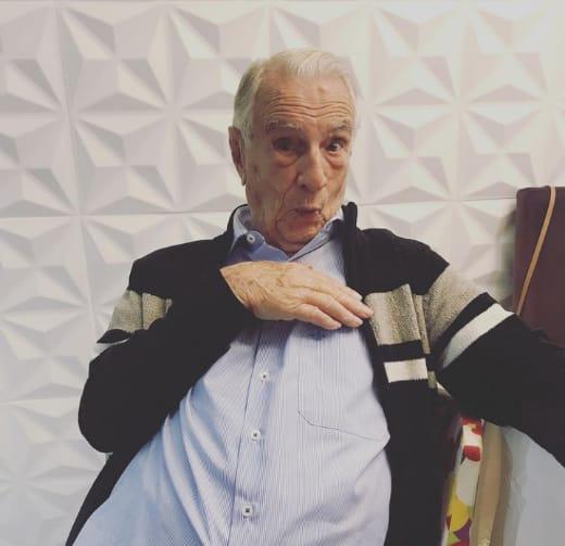 """Ator Orlando Drummond brincando com pose do """"Seu Peru"""""""
