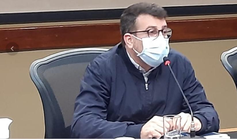Daniel Soranz falando sobre a Conmebol durante a divulgação do boletim epidemiológico
