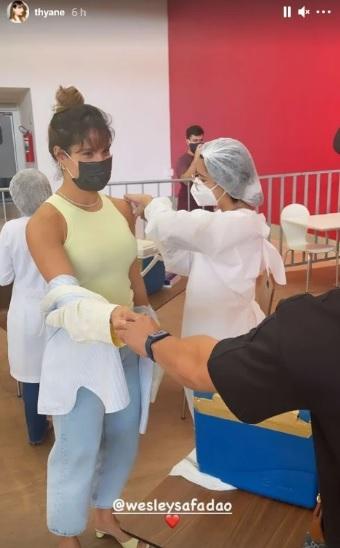 Thyane Dantas, mulher do Safadão, recebendo a vacina contra a Covid-19