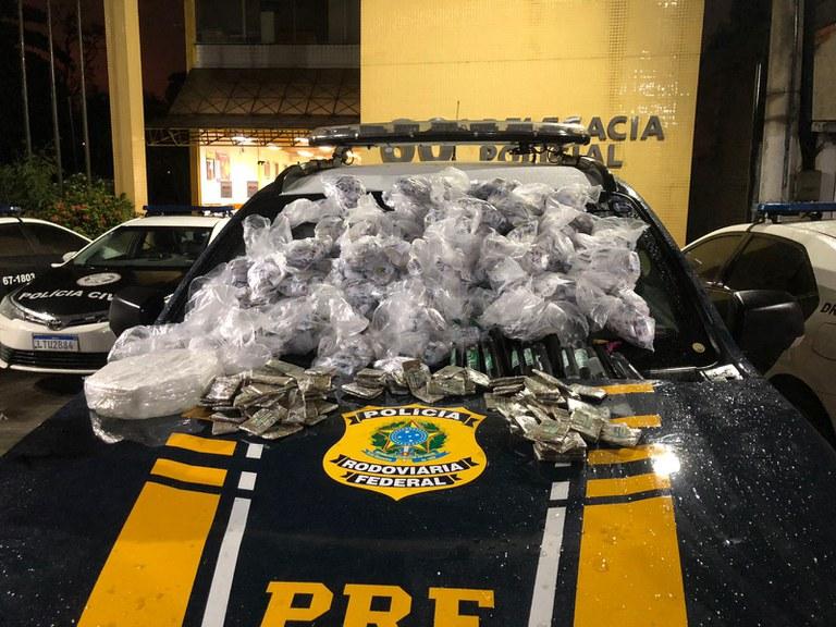 Imagem da droga sobre o carro da PRF