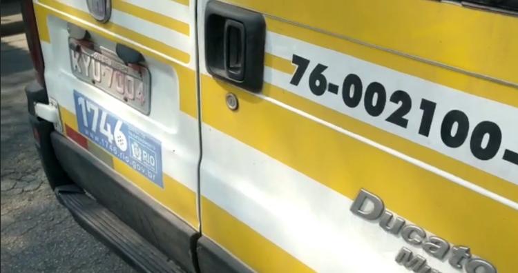 Imagem de uma van com a placa adulterada