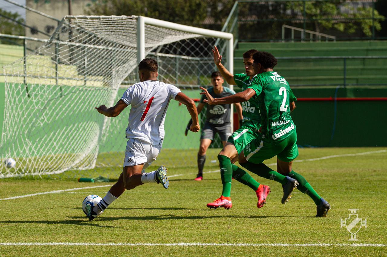 Time do Vasco em ação pelo Brasileirão Sub-20 contra a Chapecoense