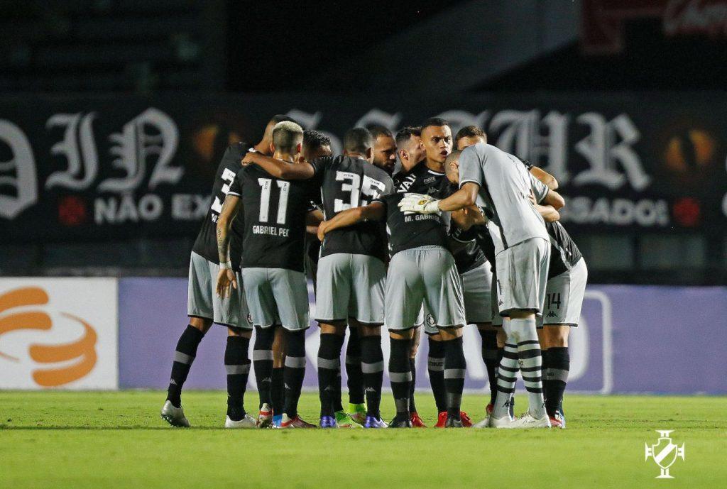 Time do Vasco reunido durante a partida contra o Brasil de Pelotas