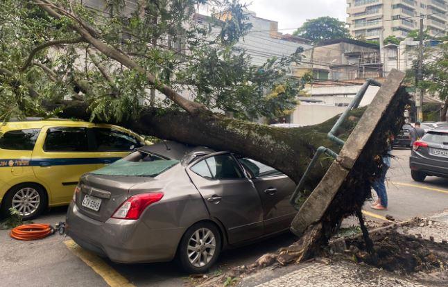 Ventos causam estragos no Rio