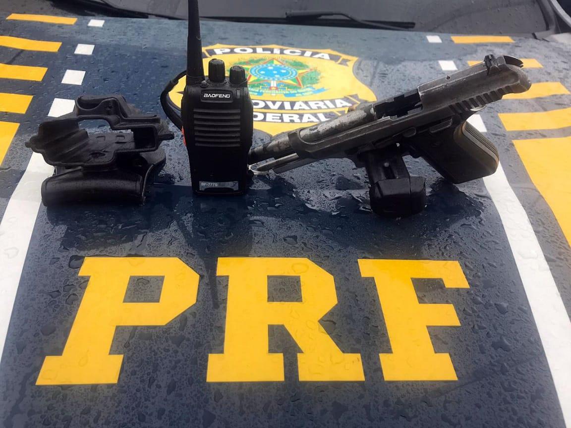 armas em cima do carro da PRF