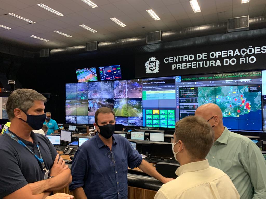 Eduardo Paes passa réveillon no Centro de Operações da Prefeitura - Super  Rádio Tupi