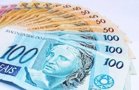 Várias notas de dinheiro juntas