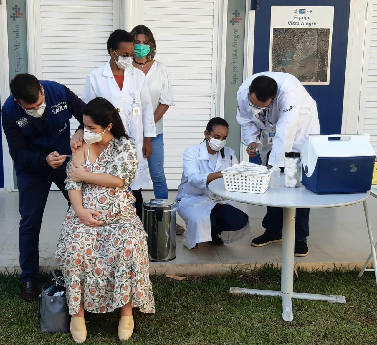 Secretario Municipal de Saúde, Daniel Soranz aplicando uma dose da vacina contra a covid-19 em uma moradora do Rio de Janeiro