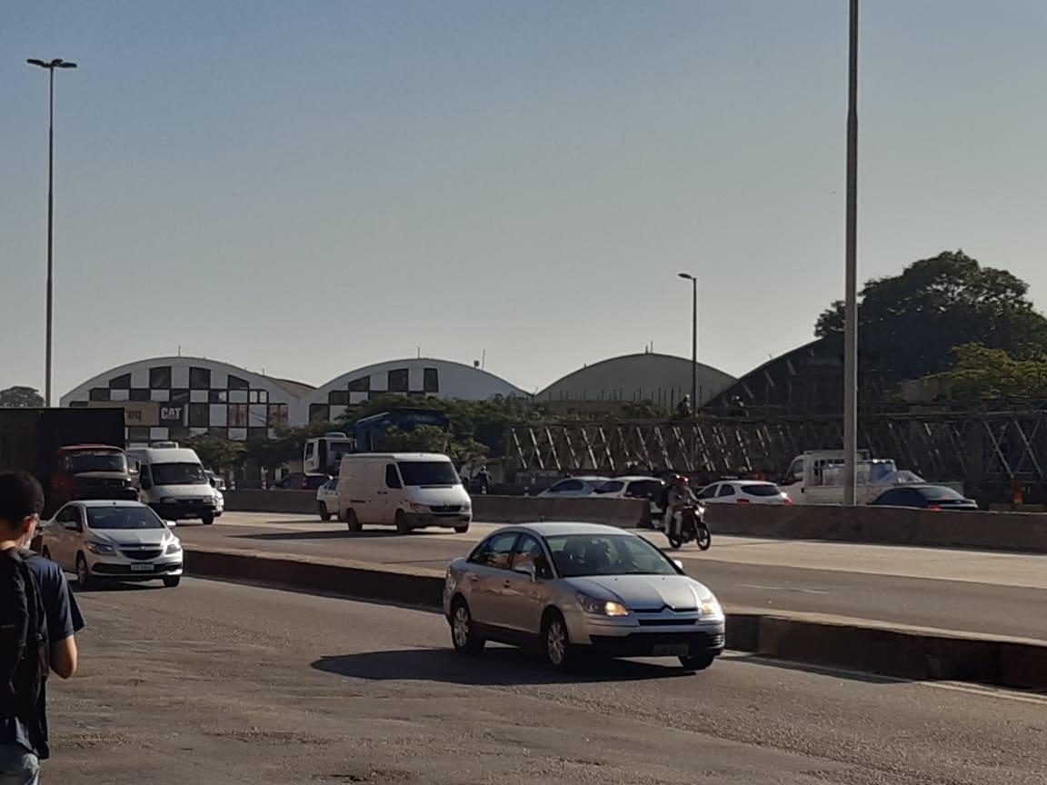 carros na avenida brasil