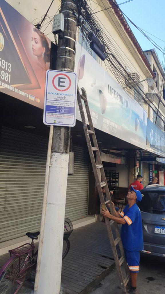 Funcionário da prefeitura retira placa de estacionamento em Magé