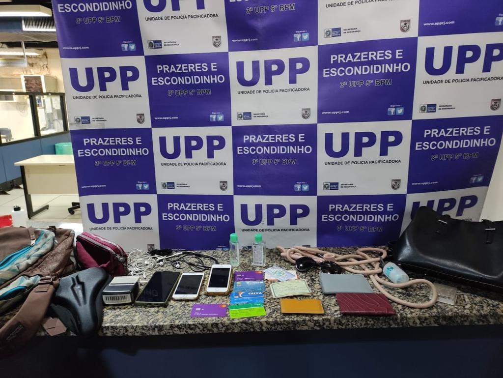 Foto com apreensão de celulares  e documentos feita pela Polícia Militar no Morro dos Prazeres