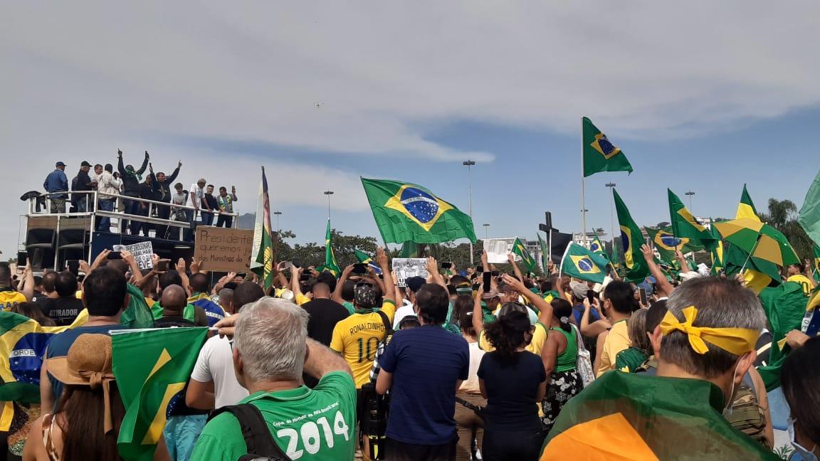 Pessoas com camisa e bandeiras do Brasil em apoio a Bolsonaro