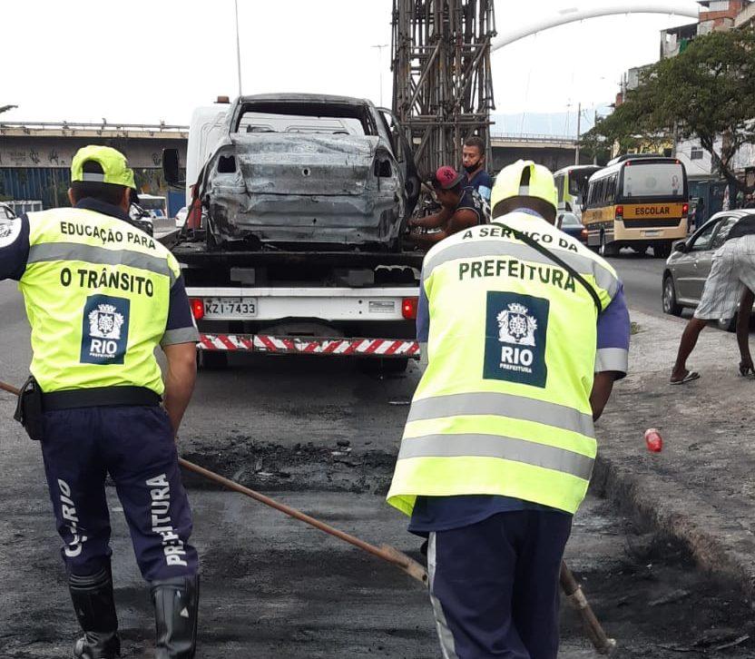 carro incendiado na Avenida Brasil