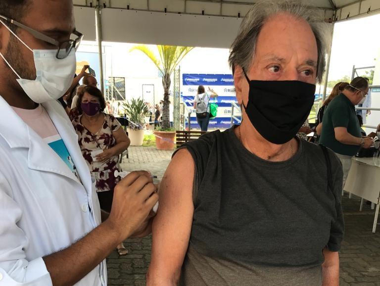 José Carlos Araújo recebendo vacina