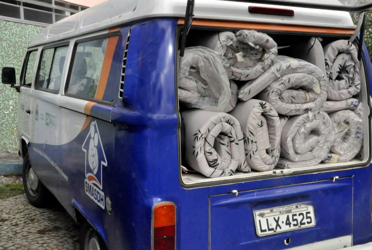 imagem de uma Kombi com material para o alojamento