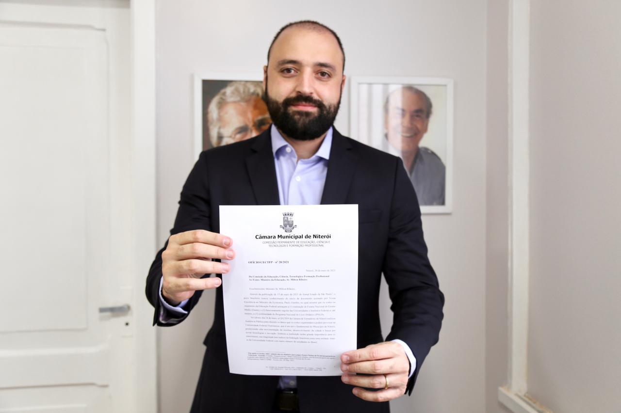 Imagem do presidente da comissão segurando o ofício que será enviado ao Governo Federal