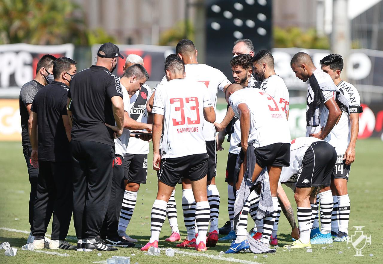 Marcelo Cabo conversa com os jogadores durante o jogo com o Operário