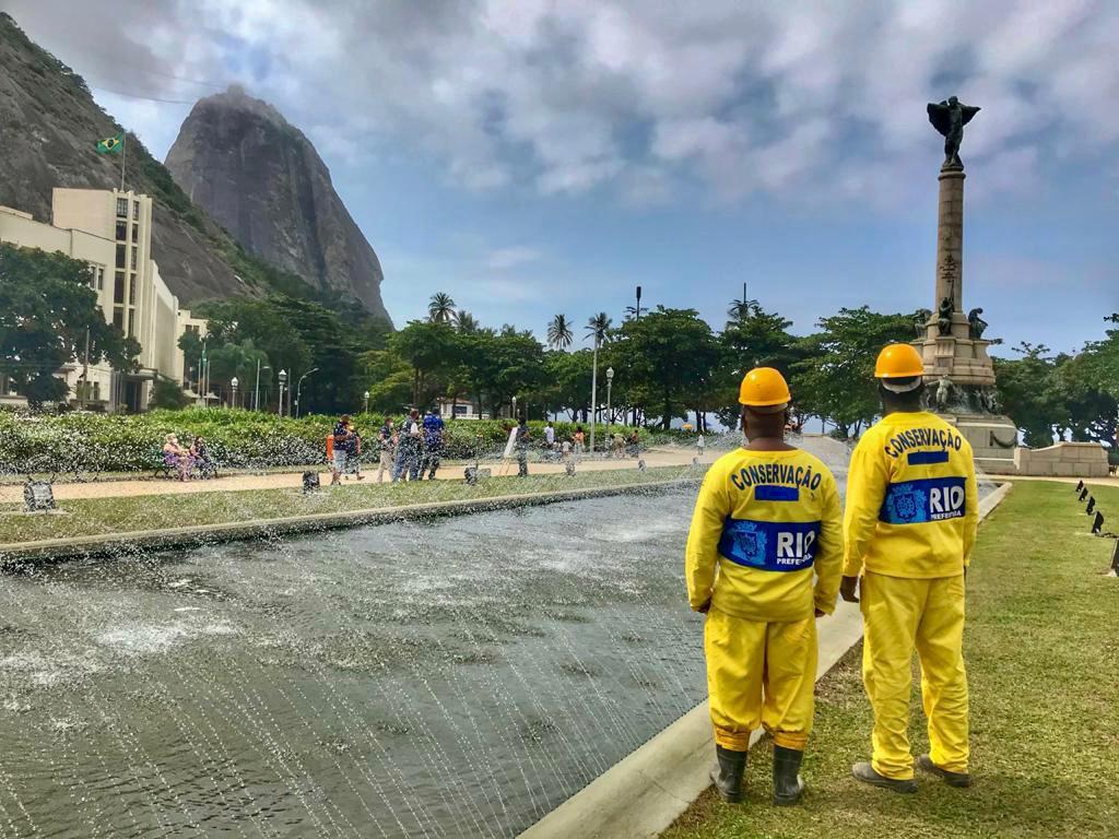 Funcionários da Prefeitura do Rio reinaugurando o Chafariz da Urca