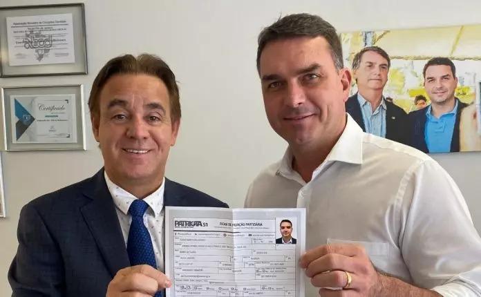 Senador Flávio Bolsonaro apresenta seu certificado de filiação ao Patriotas