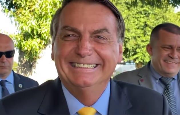 Bolsonaro conversa com apoiadores em Brasília