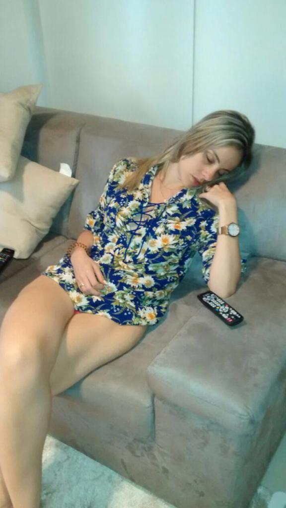 Mulher de vestido dormindo em um sofá