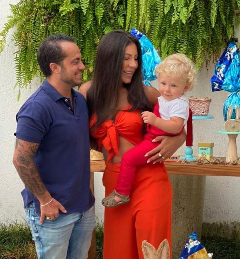 Thammy Miranda com a esposa Andressa segurando o filho no colo