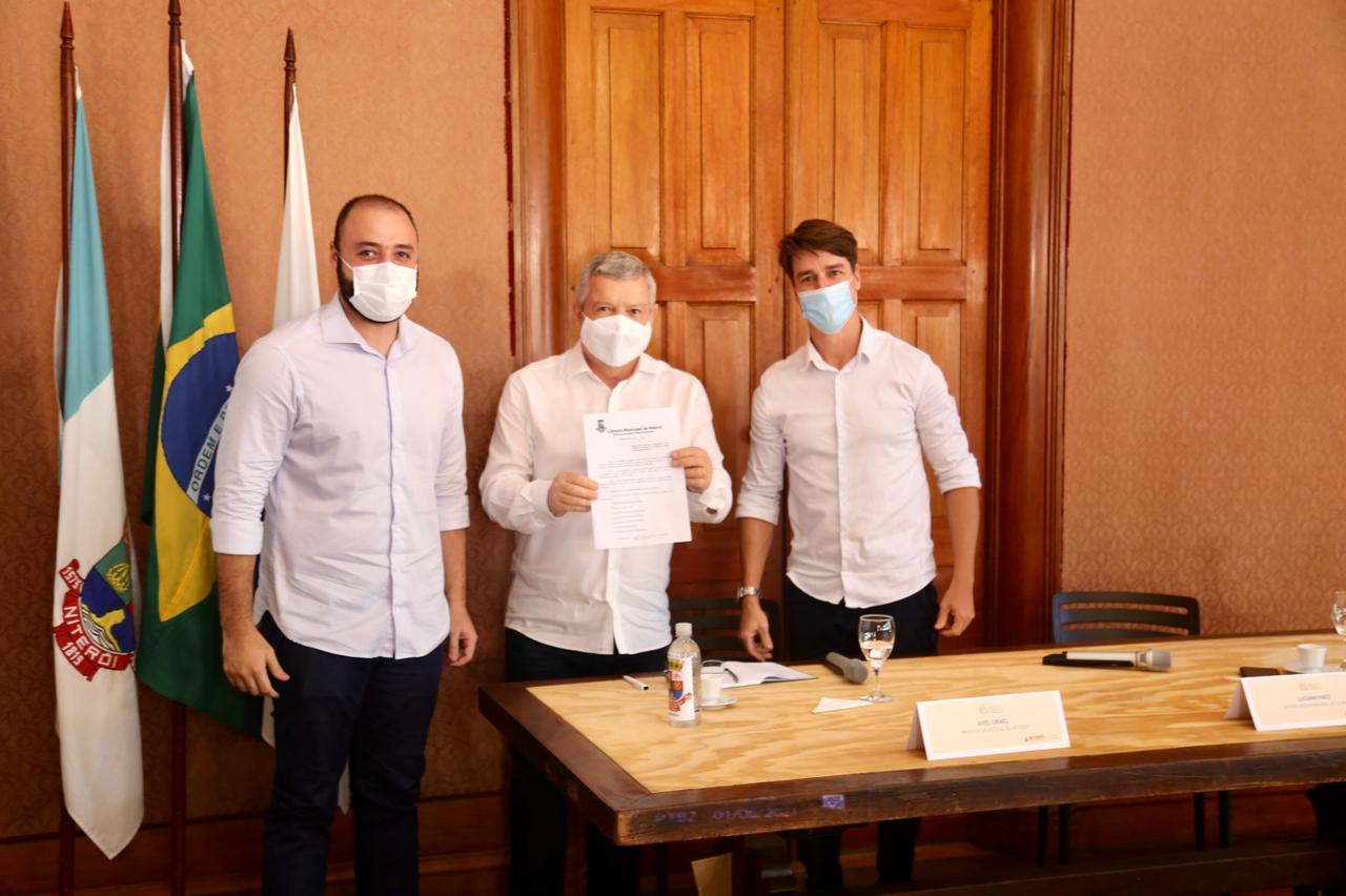 Imagem do vereador Binho Guimarães, prefeito Axel Grael, secretário do Clima, Luciano Paez