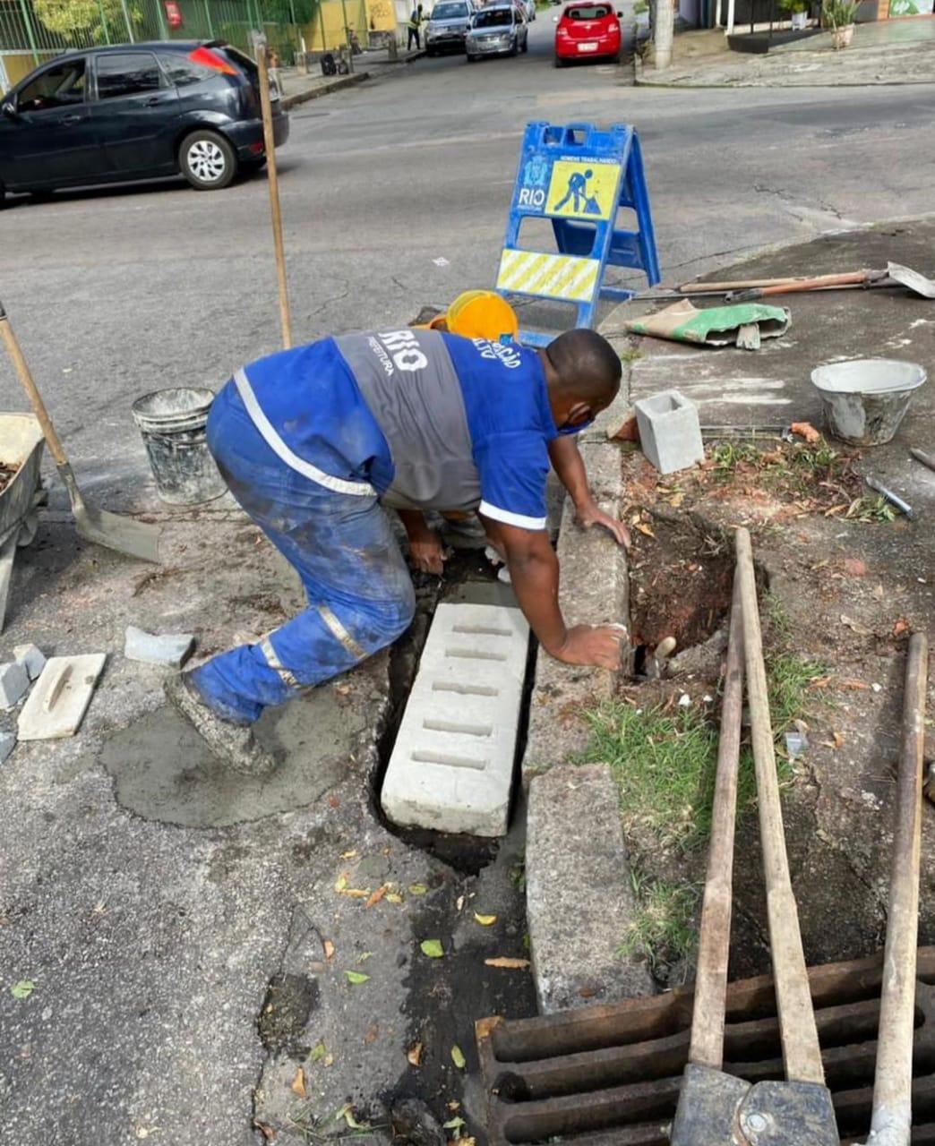 Funcionário da prefeitura do Rioprepara a reposição de grelha furtada