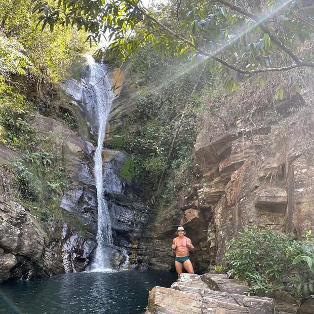 Ator Victor Fasano de sunga numa cachoeira em Goiás