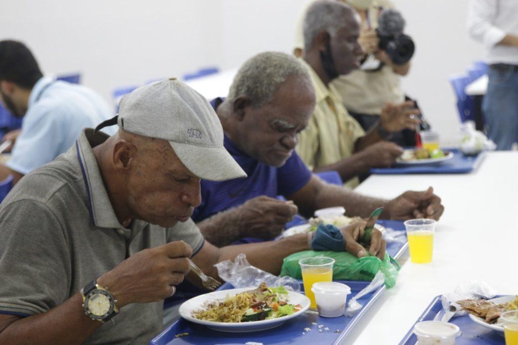 Pessoas se alimentam no Restaurante do Povo de Duque de Caxias