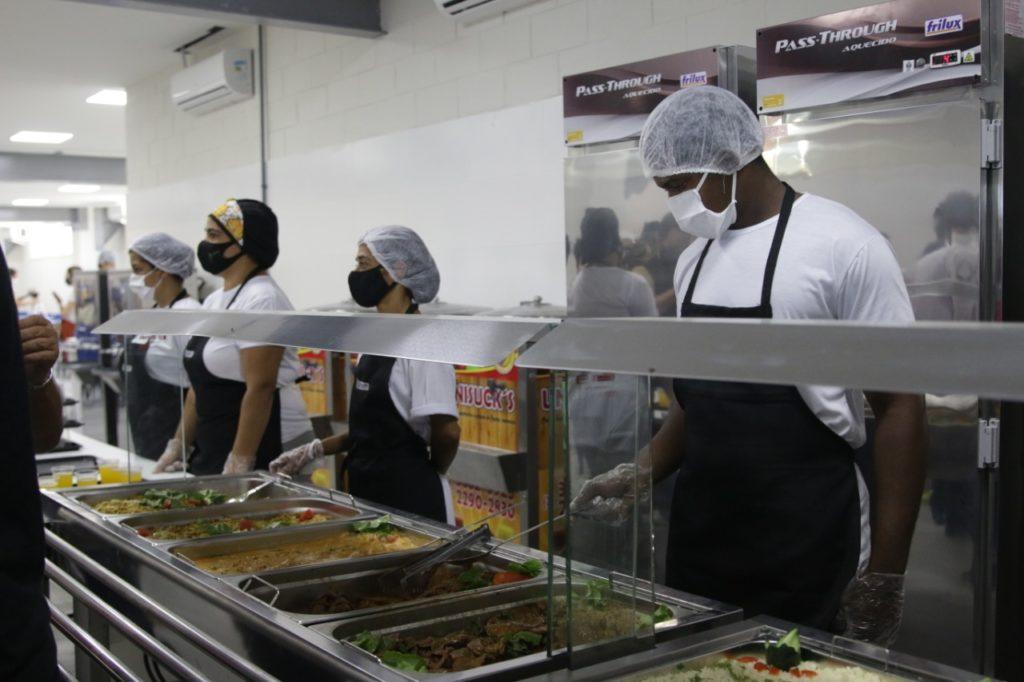 Funcionários servem as refeições no Restaurante do Povo