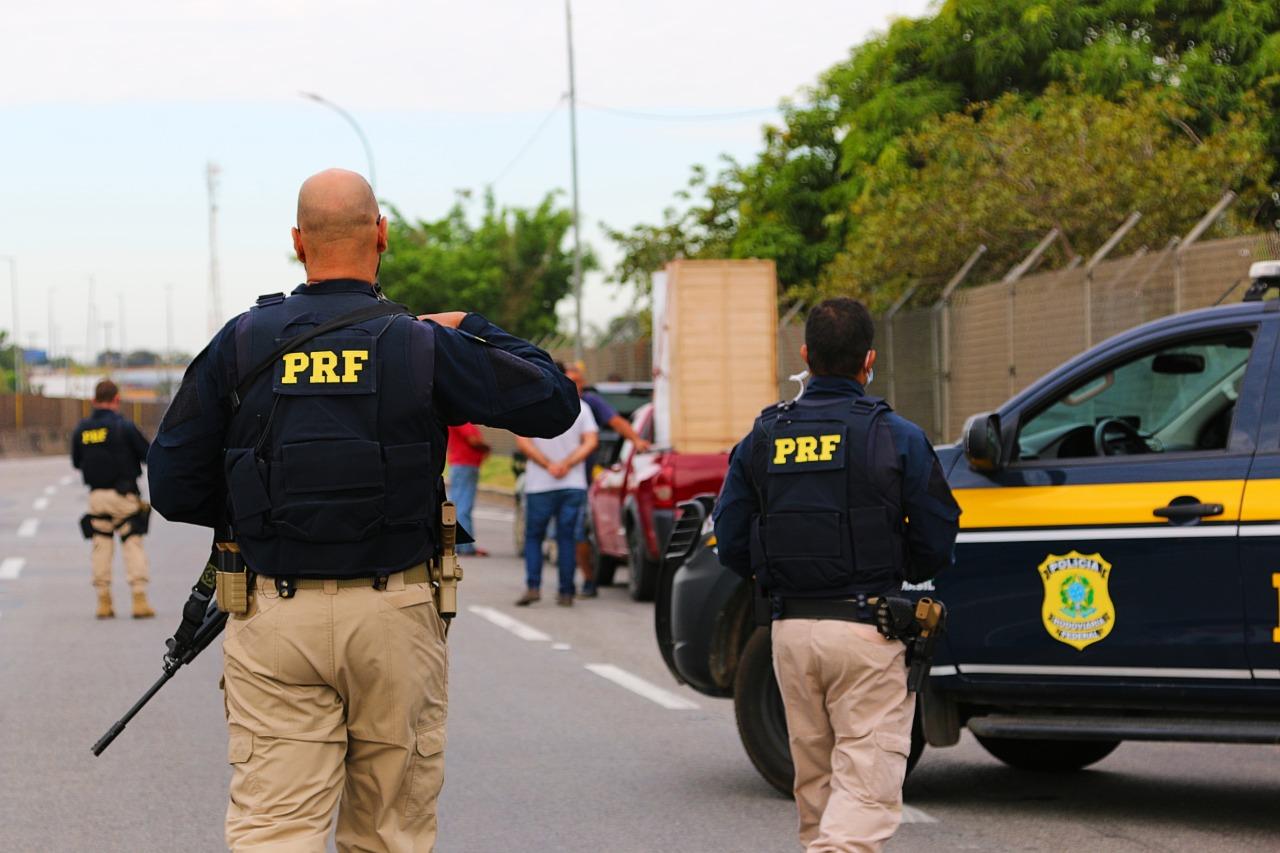 Imagem de agentes da PRF atuando na rua