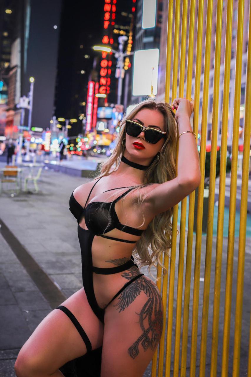 De lingerie, Thalita Zampirolli posa na Times Square em NY (Foto: Mayron Brum/ Divulgação)