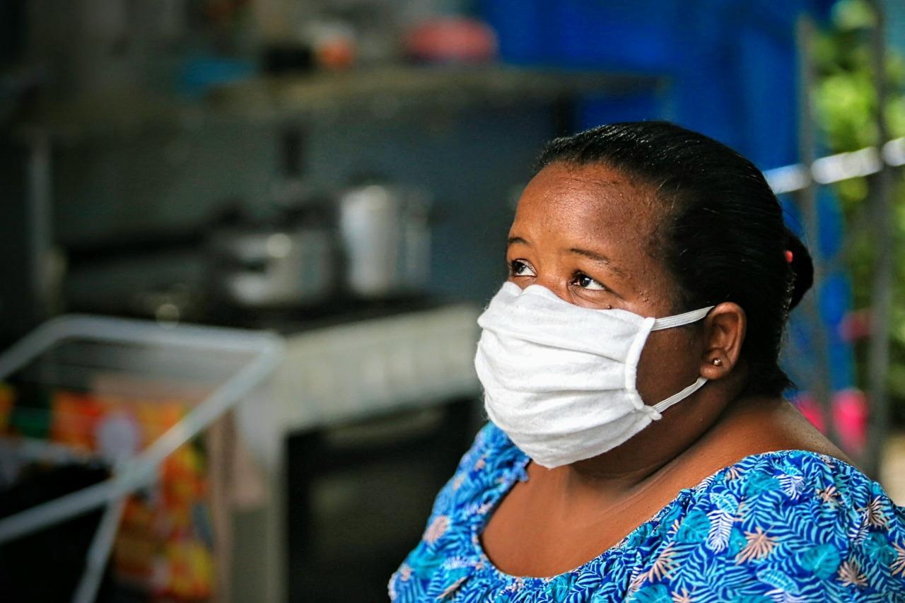 Imagem de uma mulher usando máscara