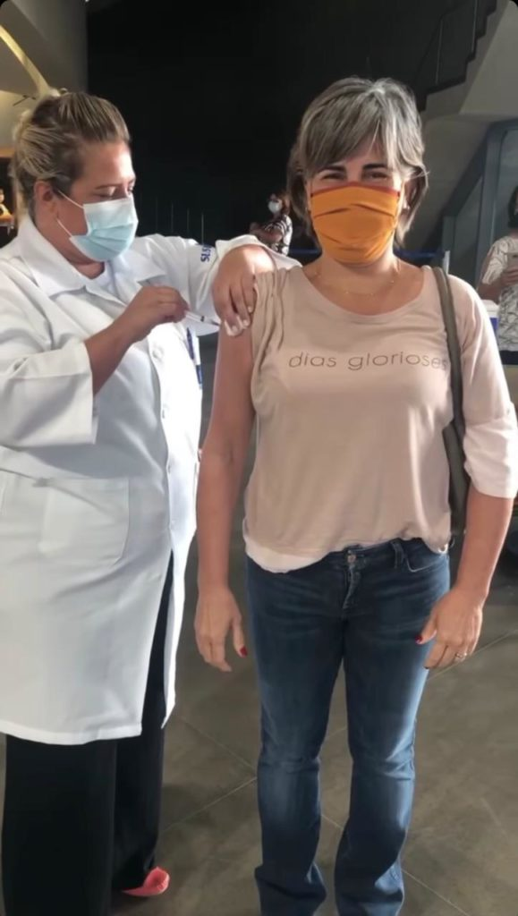 Glória Pires tomando a primeira dose da vacina contra a Covid-19 (Foto: Reprodução/Instagram)