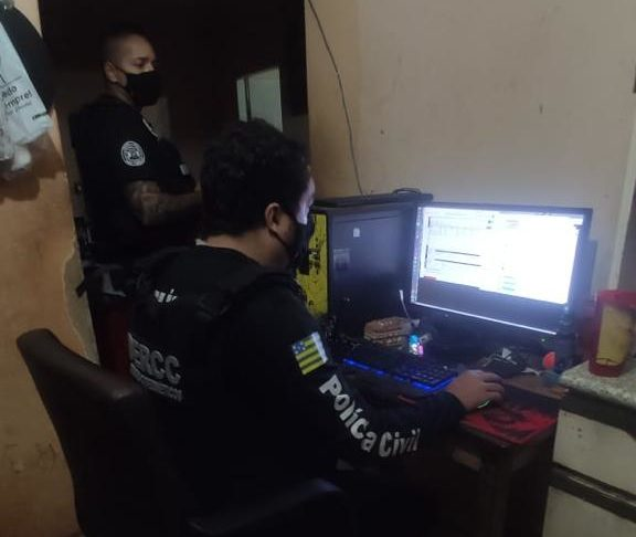 Policial civil durante operação contra pedofilia