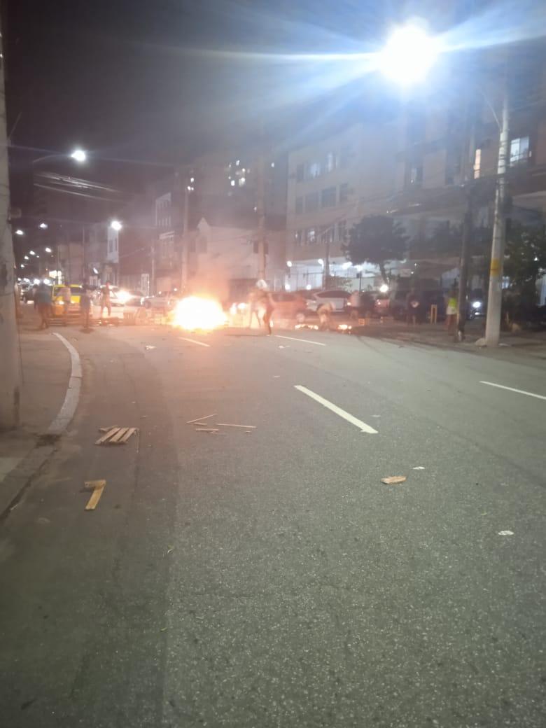 Imagem de fogo na rua provocado por manifestantes