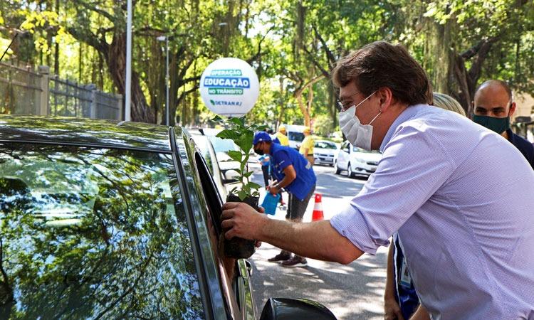 Imagem do presidente do Detran, Adolfo Konder  falando com um motorista