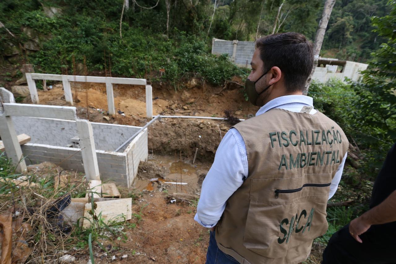 Secretaria de Estado do Ambiente e Sustentabilidade e Inea realizam operação para combater construções irregulares em Vargem Grande