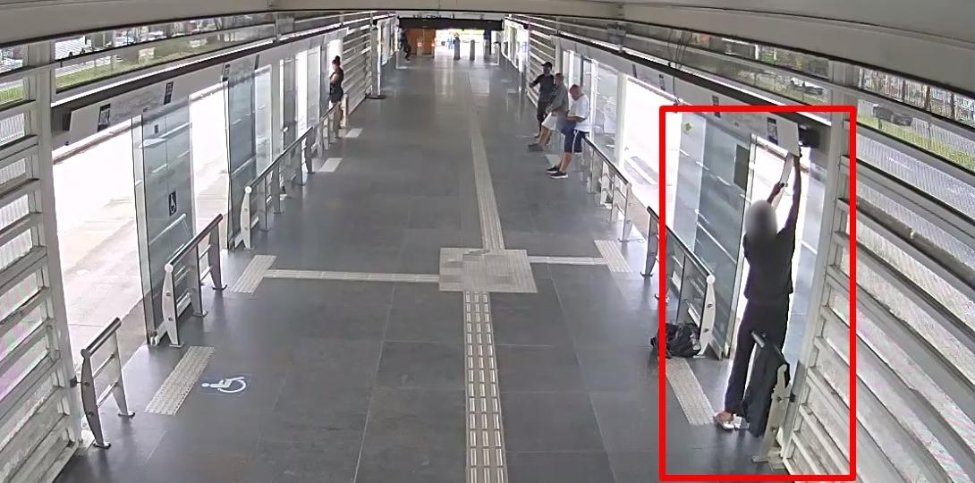Imagem de um homem roubando na estação do BRT