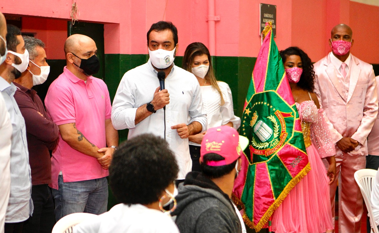 Imagem do governador Claudio Castro em uma quadra de escola de samba
