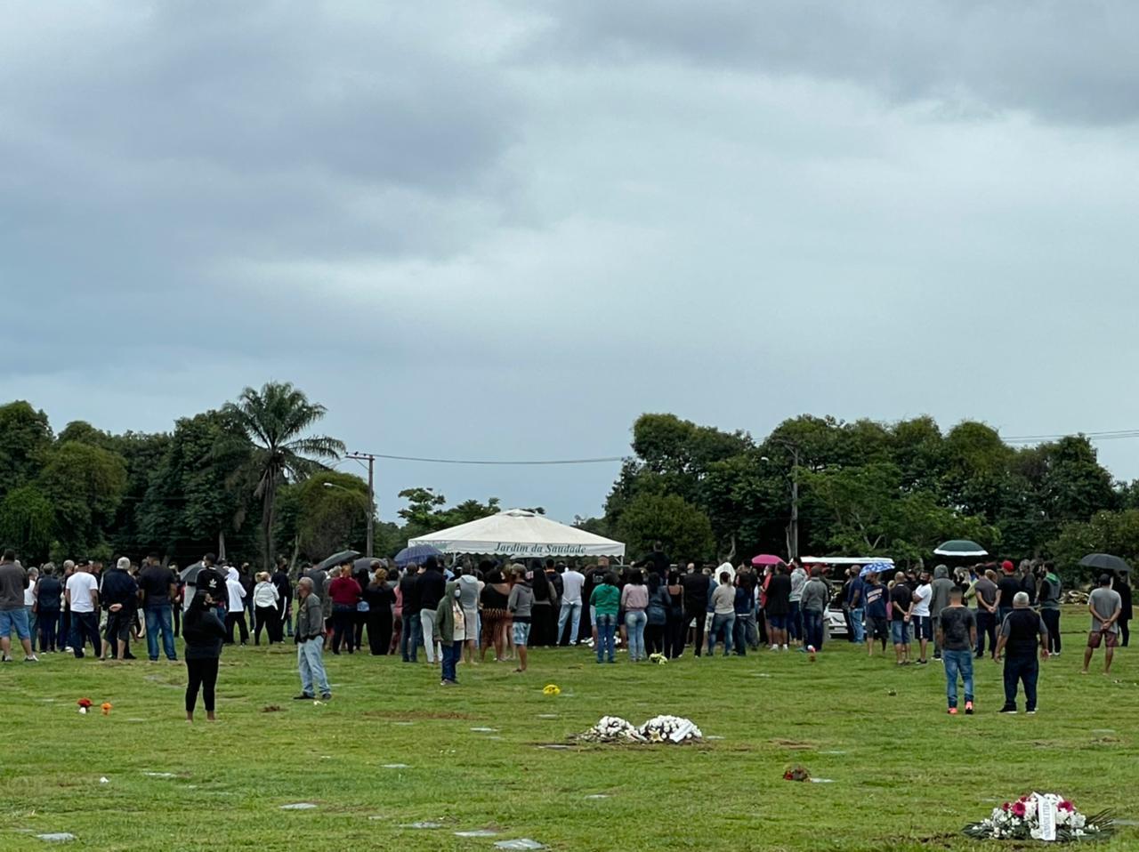 Pessoas acompanhando o enterro do miliciano Ecko