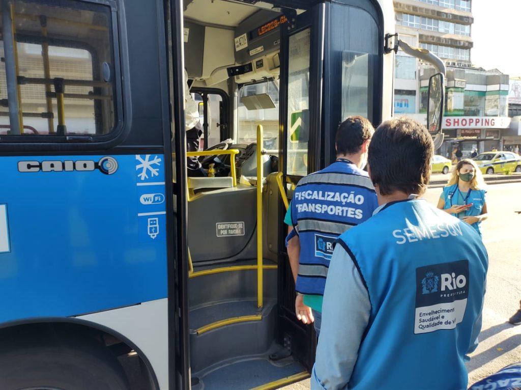 Imagem de agentes da prefeitura próximo de um ônibus