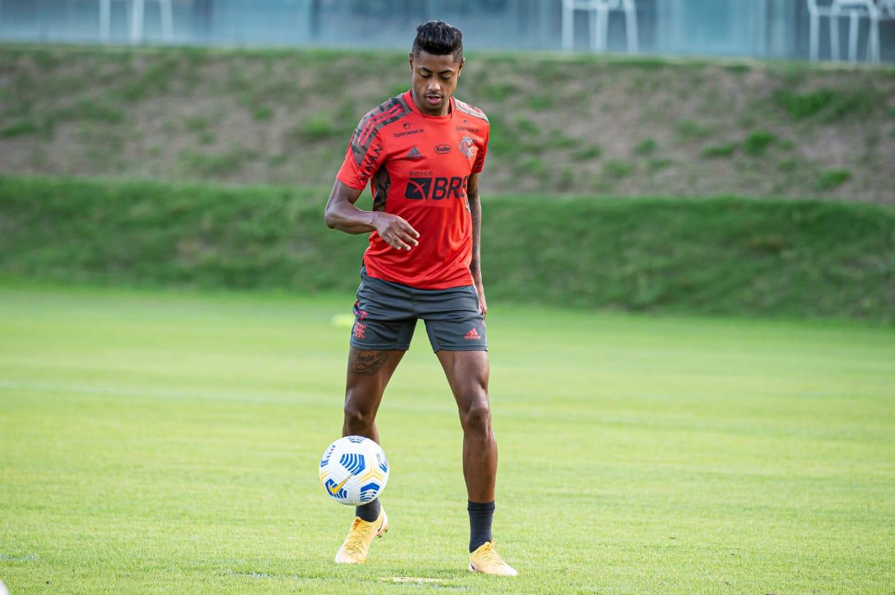 Com uma camisa de treino vermelha e chuteira amarela, Bruno Henrique domina a bola