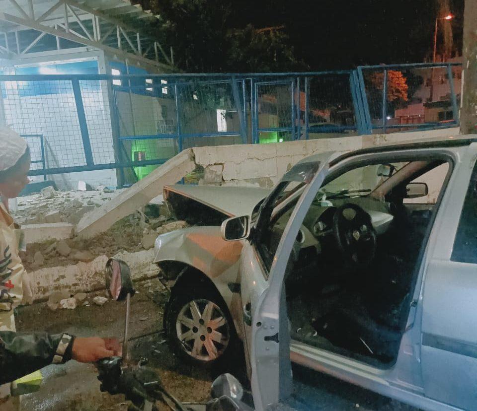 Carro desgovernador atinge UPA Tijuca
