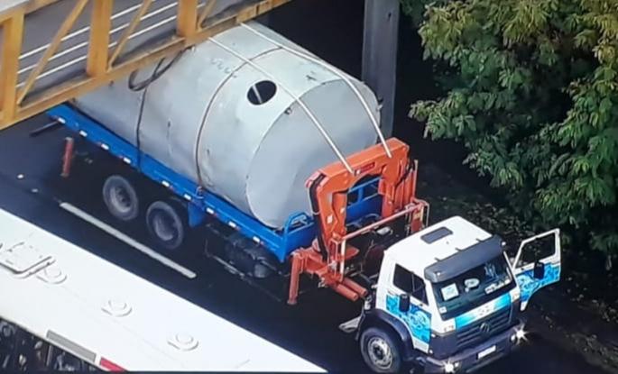 Caminhão preso em passarela em Jacarepaguá